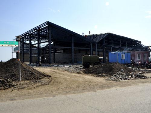 钢结构也已经开始安装;观鸟平台和道路的基础回填土已经完工,木栈道