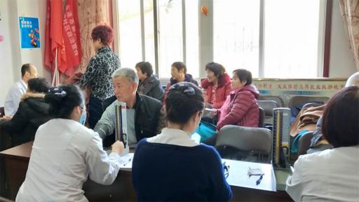 中医院学雷锋日团员青年走进社区为百姓义诊