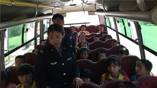 小甸子司法所协助镇政府对校车安全进行抽查