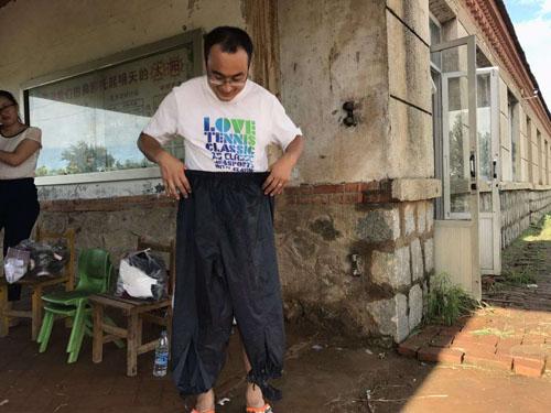 东港市龙王庙镇开展抗洪活动——我们是走在抗洪第一线的80,90后